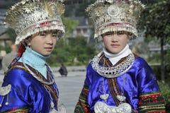 Kinesiska Miao nationalityflickor arkivfoton