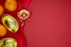 Kinesiska mynt av lycka eller kinesiska kinesiska guldtackor för fnuren och Arkivfoton