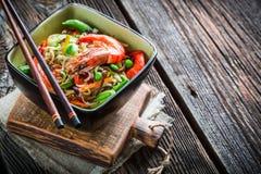 Kinesiska nudlar, grönsaker och räkor Fotografering för Bildbyråer
