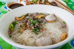 Kinesiska nudlar i soppa Arkivfoton