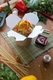 Kinesiska nudlar wokar in asken Fotografering för Bildbyråer