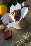 Kinesiska nudlar wokar in asken Royaltyfri Foto