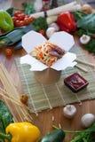 Kinesiska nudlar wokar in asken Royaltyfri Bild