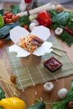 Kinesiska nudlar wokar in asken Arkivfoton
