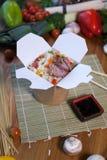 Kinesiska nudlar wokar in asken Arkivbilder