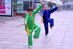 Kinesiska par övar Tai Chi i den Nanjing vägen Shanghai Kina Royaltyfri Bild