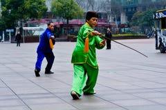 Kinesiska par övar Tai Chi i den Nanjing vägen Shanghai Kina Royaltyfri Foto