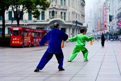 Kinesiska par övar Tai Chi i den Nanjing vägen Shanghai Kina Royaltyfri Fotografi