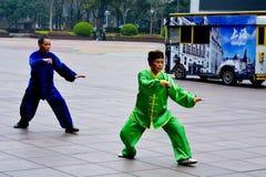 Kinesiska par övar Tai Chi i den Nanjing vägen Shanghai Kina Royaltyfria Foton