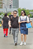 Kinesiska par går på gatan, Peking, Kina Royaltyfri Foto