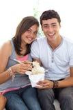 kinesiska par som äter mattonår Fotografering för Bildbyråer