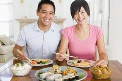 kinesiska par som tycker om matbarn Arkivbilder
