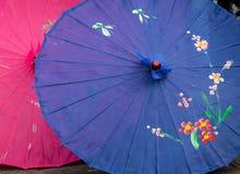 Kinesiska paraplyer med färgrika designer Arkivfoto