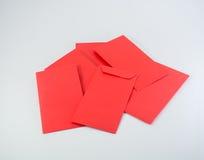 Kinesiska pengar för nytt år i röd kuvertgåva på vit bakgrund Arkivfoton