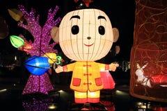 Kinesiska pojkeleksaklyktor arkivfoton