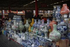 Kinesiska porslinvaser på en marknad i Peking Fotografering för Bildbyråer