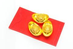 Kinesiska röda fack och forntida kinesiska guldtackor Arkivfoton
