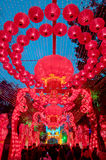 Kinesiska röda lyktor i skymning royaltyfria foton