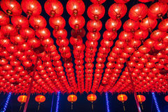 Kinesiska röda lyktor som hänger i gata på natten för garnering under den kinesiska festivalen för nytt år på kineskvarteret, Rat Arkivbilder