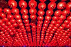 Kinesiska röda lyktor som hänger i gata på natten för garnering under den kinesiska festivalen för nytt år på kineskvarteret, Tha Royaltyfri Foto