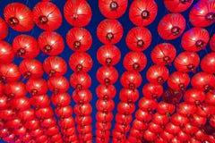 Kinesiska röda lyktor som hänger i gata på natten för garnering under den kinesiska festivalen för nytt år på kineskvarteret, Rat Royaltyfri Foto