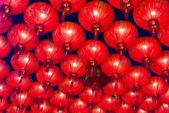 Kinesiska röda lyktor som hänger i gata på natten för garnering under den kinesiska festivalen för nytt år på kineskvarteret, Rat Arkivfoto
