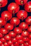 Kinesiska röda lyktor som hänger i gata på natten för garnering under den kinesiska festivalen för nytt år på kineskvarteret, Rat Fotografering för Bildbyråer