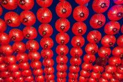 Kinesiska röda lyktor som hänger i gata på natten för garnering under den kinesiska festivalen för nytt år på kineskvarteret, Tha Royaltyfria Bilder