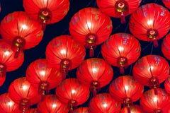Kinesiska röda lyktor som hänger i gata på natten för garnering under den kinesiska festivalen för nytt år på kineskvarteret, Rat Royaltyfri Fotografi