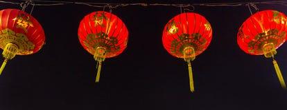 Kinesiska röda lyktor som hänger på gatan för garnering arkivfoto
