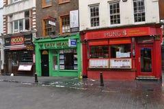Kinesiska restauranger och massage i den London kineskvarteret Arkivfoton