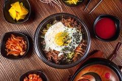 Kinesiska ris för bästa sikt med kimchi och ägget Koreansk kokkonst asiatisk mat Traditionell koreansk kokkonstuppsättning Bild f arkivfoto