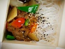 Kinesiska risnudlar, kött och ostronsås Royaltyfria Foton