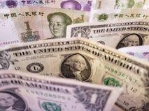 kinesiska sedlar och amerikanska dollarräkningar