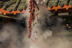 kinesiska smällare aktiverar nytt år Arkivbilder