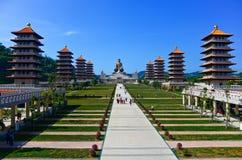 Kinesiska tempel och guld- Buddhastaty Royaltyfri Fotografi