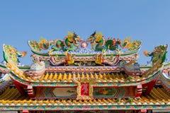 Kinesiska tempels tak på bakgrund för blå himmel Arkivbild