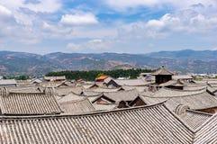 Kinesiska traditionella belade med tegel tak i Dali - Yunnan, Kina Arkivfoton