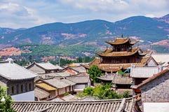Kinesiska traditionella belade med tegel tak i Dali - Yunnan, Kina Arkivbilder
