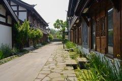 Kinesiska traditionella byggnader längs gatan i solig sommarmorni Arkivbilder
