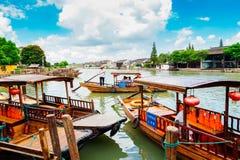 Kinesiska traditionella fartyg på kanalen av Shanghai Zhujiajiao bevattnar staden Arkivfoto