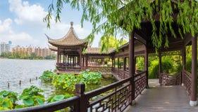 Kinesiska traditionella korridorer i sjön Royaltyfri Bild