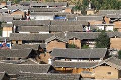 Kinesiska traditionella tak i lantligt, Yunnan Kina Arkivbild