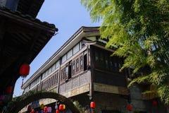 Kinesiska traditionella tegelplatta-taklade byggnader i blå himmel av soligt s Royaltyfri Fotografi