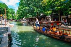 Kinesiska traditionella träfartyg på kanalen av Shanghai Zhujiajiao bevattnar staden Royaltyfri Bild