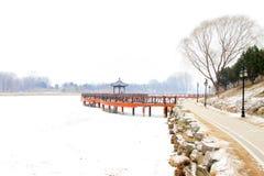 Kinesiska traditionella utformar trä överbryggar i snowen Arkivbilder