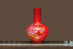 Kinesiska traditionella vaser på tabellen Arkivfoto