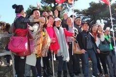 Kinesiska turister i Unescoen Huangshan gulnar berg, Kina Arkivbilder