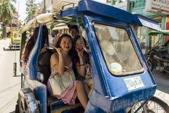 Kinesiska turister på en motoriserad trehjuling Royaltyfri Foto