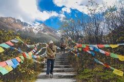 Kinesiska turister strosar runt om landskap av glaci?ren p? Hailuogou den nationella glaci?ren Forest Park royaltyfria bilder